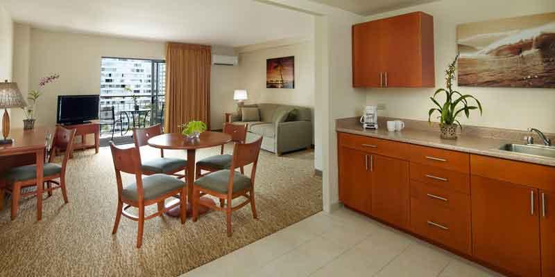 客室内の広々としたリビングエリアとキッチン。